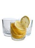 Citron i exponeringsglas på vit fyra royaltyfri bild