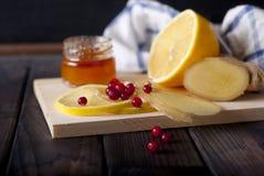 Citron ingefära, honung på trätabellen Arkivbild