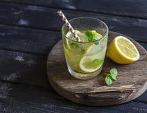 Citron-, ingefära- och mintkaramelllemonad på ett trälantligt bräde royaltyfria foton