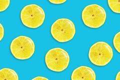 Citron juteux coup? en tranches sur un fond bleu Fruits frais Fond de fruit photographie stock libre de droits