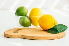Citron, limefrukt och mintkaramell på ett träbräde fotografering för bildbyråer