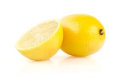 Citron med halva på vit bakgrund Royaltyfri Bild