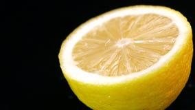 Citron med vattendroppar av längd i fot räknat stock video