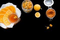 Citron, miel et épices sur le noir Photographie stock libre de droits