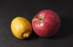 Citron och äpple arkivfoto