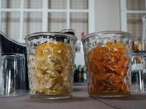 Citron och apelsin i exponeringsglaskrus av en bar arkivbilder