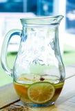 Citron och apelsin i krusexponeringsglas Arkivfoton