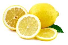 Citron- och citronskivor på vit Royaltyfria Bilder