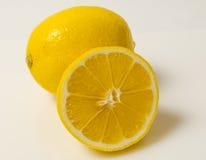 Citron och halva en citron arkivfoto