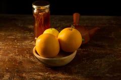 Citron och honung arkivbild