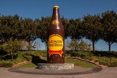 Citron och jätte- flaska för paeroa, Nya Zeeland, paeroa, 22/08/2014 Arkivfoton