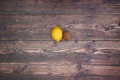 Citron och kiwi på tabellen arkivfoton