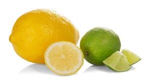 Citron och limefrukt med deras skivor royaltyfria foton