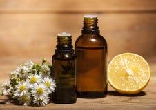 Citron och nödvändig olja för kamomill arkivbild