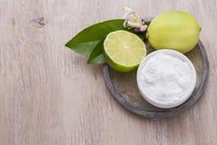 Citron och natriumbikarbonat på tabellen Royaltyfri Foto