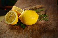 Citron- och trätabell arkivbild