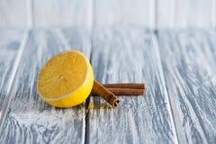 Citron- och vaniljfröskidor på en ljus träbakgrund Fritt utrymme för inskrifter på rätten uppifrån Royaltyfria Bilder