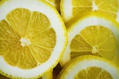 Citron på en plätera fotografering för bildbyråer