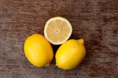 Citron på ett träbräde Arkivbild