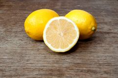 Citron på ett träbräde Royaltyfri Bild