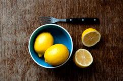 Citron på ett träbräde Fotografering för Bildbyråer