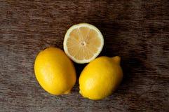 Citron på ett träbräde Arkivfoton