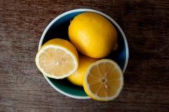Citron på ett träbräde Arkivfoto