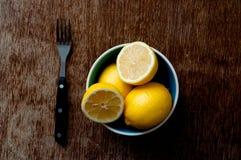Citron på ett träbräde Royaltyfria Bilder