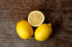 Citron på ett träbräde Royaltyfri Fotografi