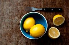 Citron på ett träbräde Royaltyfria Foton