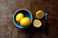 Citron på ett träbräde Royaltyfri Foto