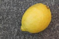Citron på granitbakgrund Arkivfoto