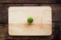 Citron på kotlettbräde Arkivfoton