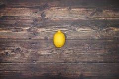 Citron på tabellen arkivfoto