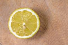 Citron på trä Arkivfoton
