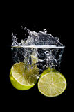 Citron som plaskar in i vattnet Royaltyfri Fotografi