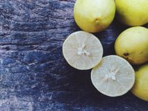 Citron sur la planche Photo stock