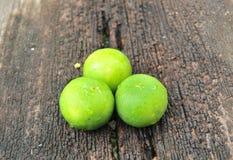 Citron sur le fond en bois Photo libre de droits