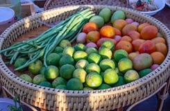 Citron, tomate et haricot vert dans un panier en osier photographie stock