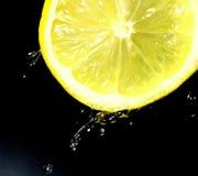 Citron citron Une tranche de citron sur un fond foncé Jus de citron Photos libres de droits