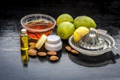 Citronansiktsmask med alla dess ingredienser royaltyfria bilder