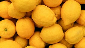 Citronbakgrund F?rgrik sk?rm av citroner i marknad sund mat arkivbilder