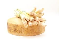 Citronella fresca visualizzata sul tagliere di legno tradizionale asiatico fotografia stock