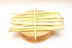 Citronella fresca visualizzata sul tagliere di legno tradizionale asiatico fotografia stock libera da diritti