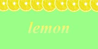 Citronen halverar bakgrund med utrymme för text på en vit Arkivbilder