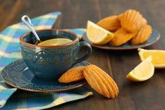 Citronen Madeleine och kuper av tea Royaltyfri Fotografi