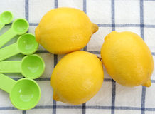 Citronen med skedar stänger sig upp Royaltyfria Foton