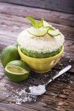 Citronen rånar kakan med sockerglasyr på en trätabell Arkivfoto