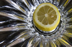 Citronen som delas upp i halva med, kärnar ur i sikt på abstrakt bakgrund Royaltyfria Bilder