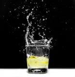 Citronen tappade in i ett exponeringsglas Arkivfoton